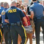 Snooki se fait escorter par des policiers sur la plage