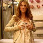 Céline Dion dissimule ses seins derrière ses mains