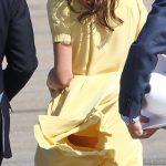 Un coup de vent soulève la robe de Kate Middleton