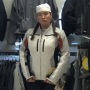 Julie Couillard fait une parade de mode de motarde