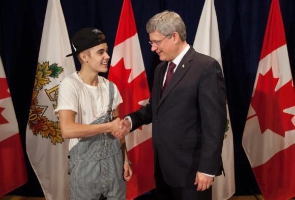 Justin Bieber reçoit de Stephen Harper la médaille du jubilé du diamant